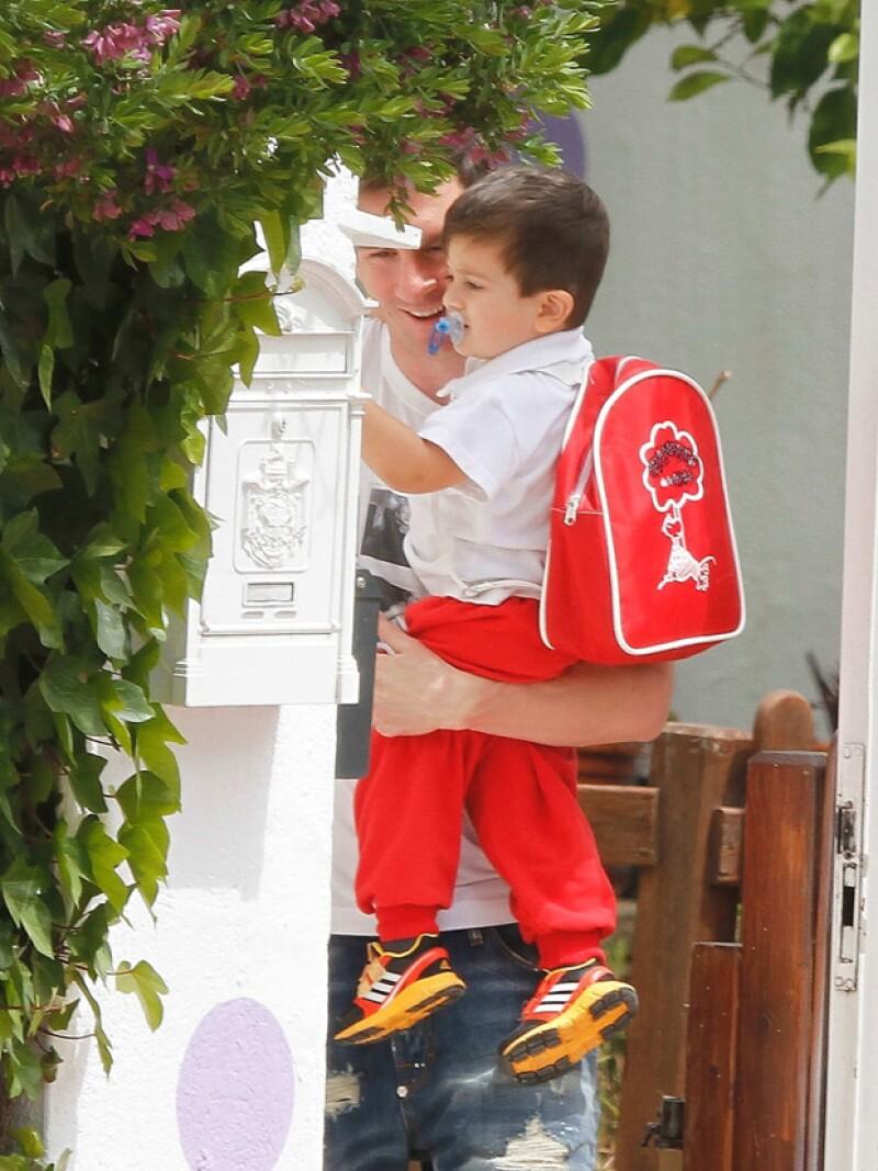 El jugador del braza fue visto pasar por su hijo de dos años al colegio en Barcelona, notablemente feliz con su faceta de papá.