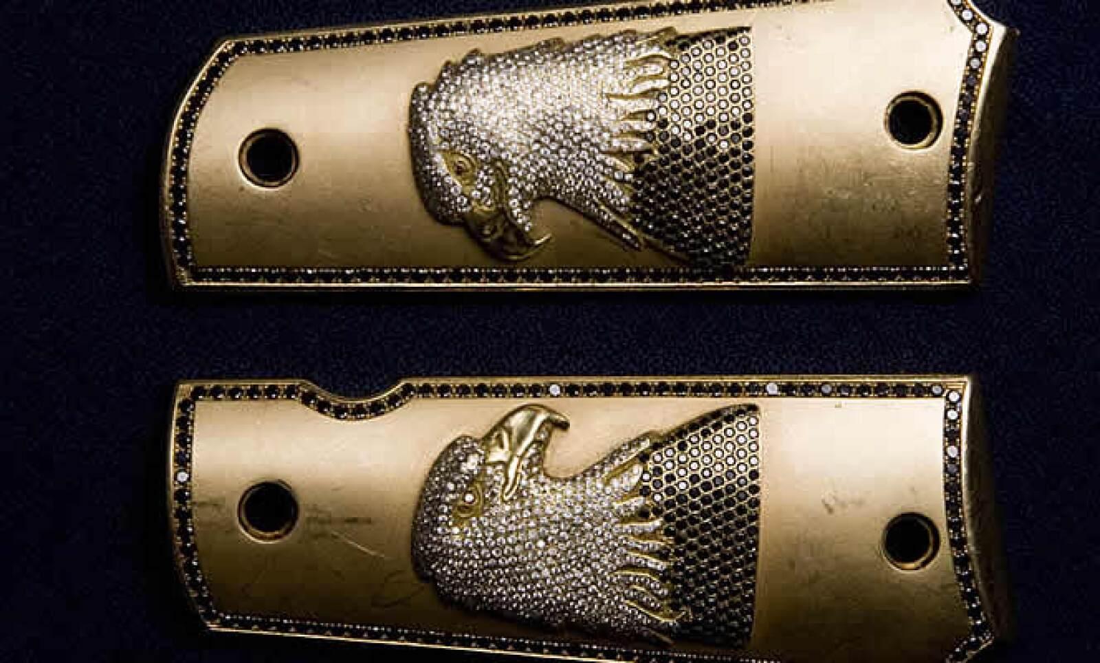 Entre lo resguardado también brillan dos cubiertas para pistola decoradas con diamantes y rubíes. Nadie sabe quiénes fueron sus propietarios.
