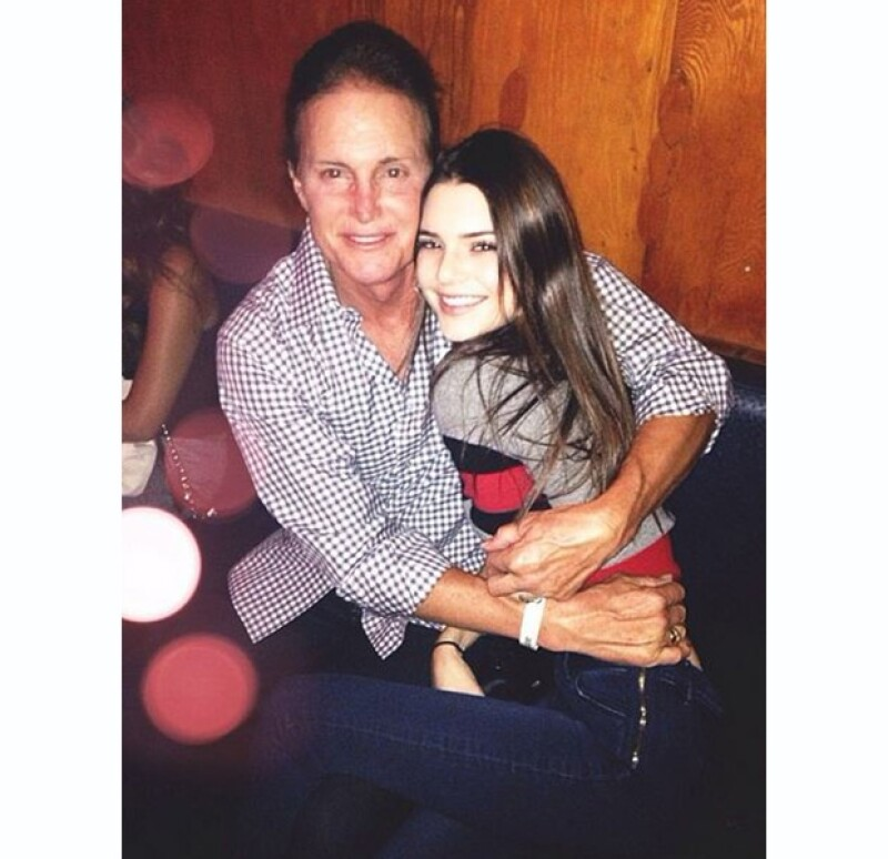 Para admirar el performance muscial de Brandon Jenner y su esposa Leah, Bruce y sus hijas Kylie y Kendall disfrutaron de una velada en familia.
