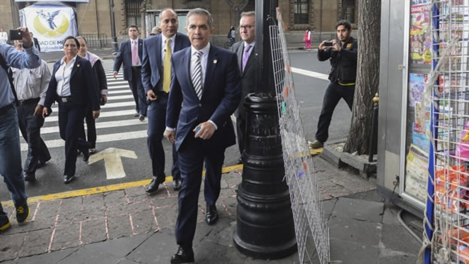 El jefe de Gobierno del Distrito Federal, Miguel Ángel Mancera, caminó hacia sus oficinas en el día mundial sin auto