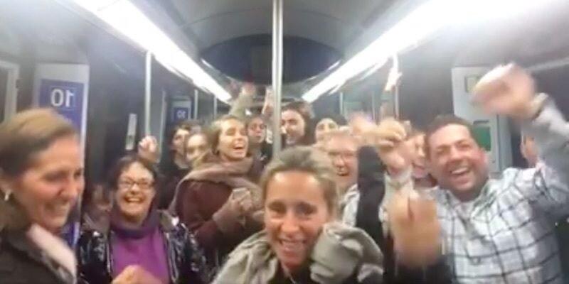 """Personas cantando """"La Bicicleta"""" en el metro de Madrid"""