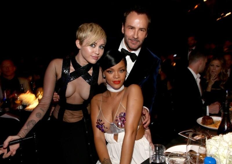 Las cantantes participaron en la subasta de la gala contra el sida. Rihanna gastó 53 mil dólares mientras que Cyrus dejó ir medio millón de dólares en una foto y donaciones.