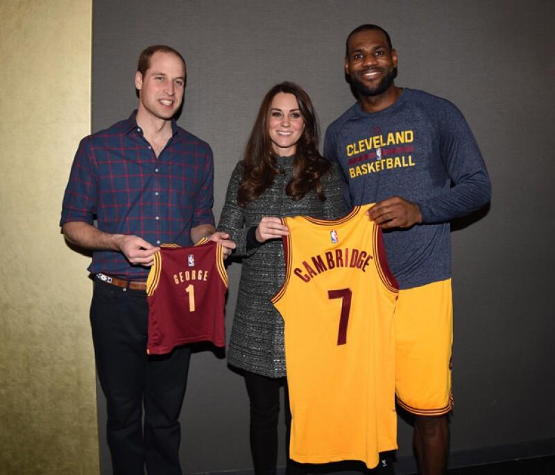 LeBron James les entregó unas playeras especiales con sus nombres.