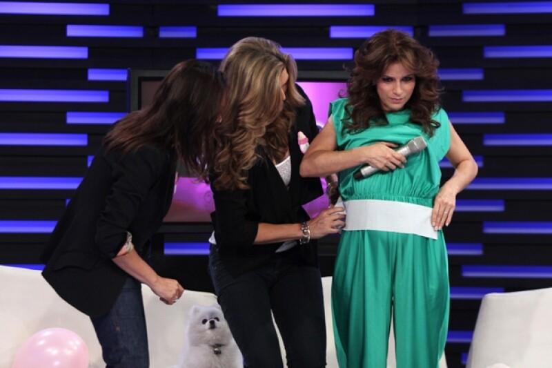 Yolanda y Montserrat jugaron a adivinar cuántos cuadritos de papel mide la pancita de Alex Rosaldo.