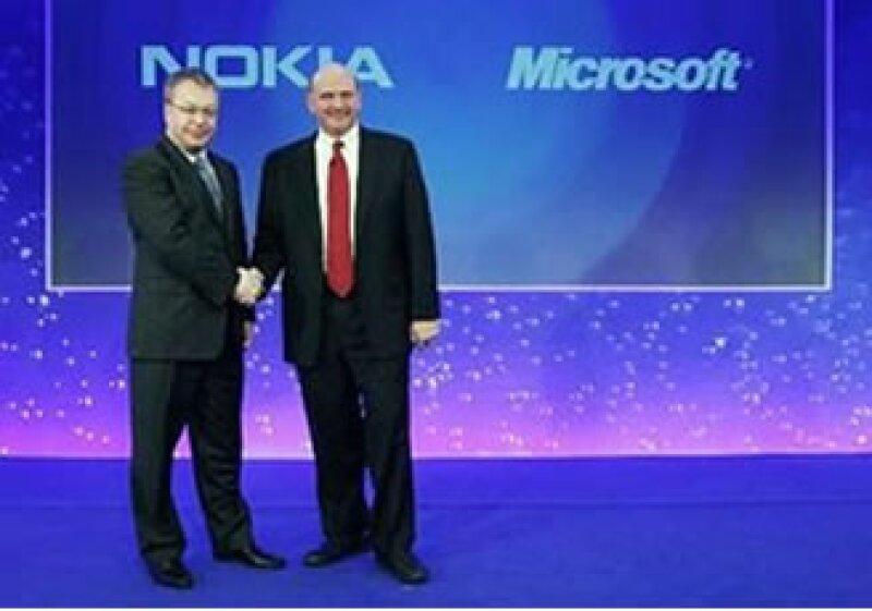 Stephen Elop, CEO de Nokia (der), y Steve Ballmer (izq), durante la presentación de la alianza en Londres. (Foto: Reuters)