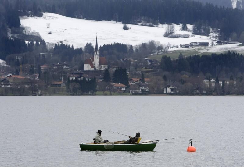 En invierno, puedes salir a pescar en el lago y disfrutar del paisaje nevado que tendrás enfrente.