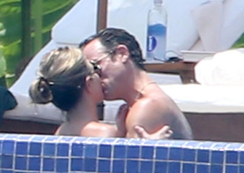 Desde hace unos días la pareja está de vacaciones en las playas mexicanas, además de lucir perfectos en traje de baño, presumieron el amor que se tienen con apasionados besos en la alberca.