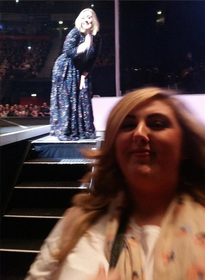 Adele disfrutó mucho de hacewr photobomb a la foto de su admiradora.