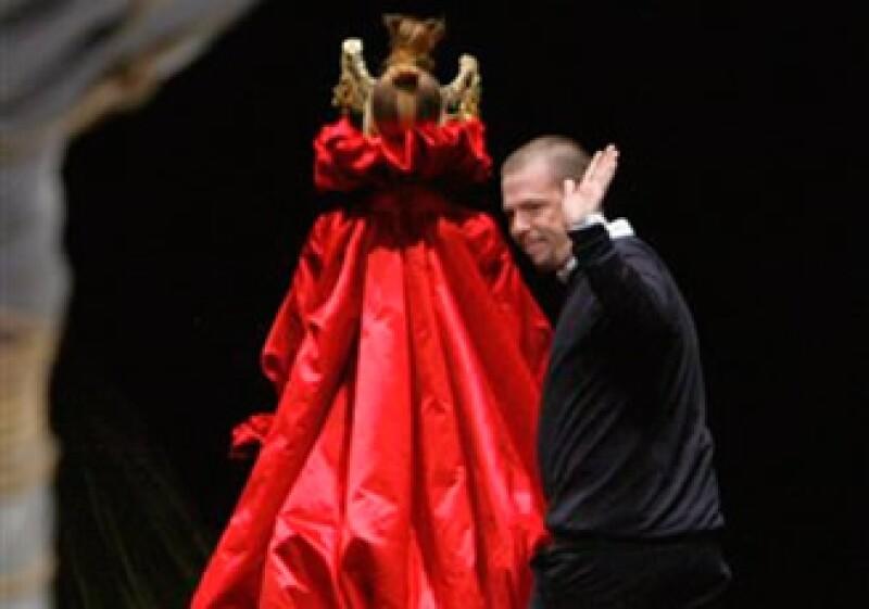 El fallecido diseñador Alexander McQueen saluda al terminar la presentación de su colección otoño-invierno 2008-2009 en París. (Foto: AP)