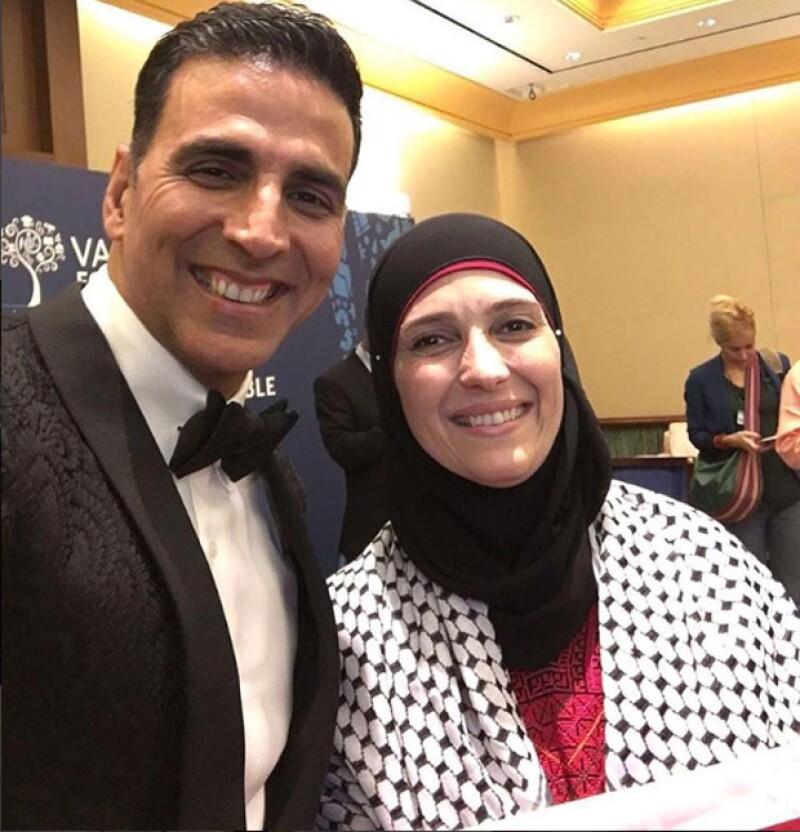 El actoe Akshay Kumar publicó una foto con la ganadora, Hanan Al Hroub.