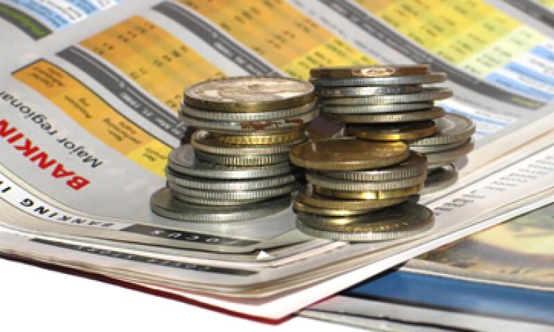 La reforma establece que el Banxico regulará las comisiones que cobran los bancos y las tasas de interés que rigen los créditos. (Archivo)