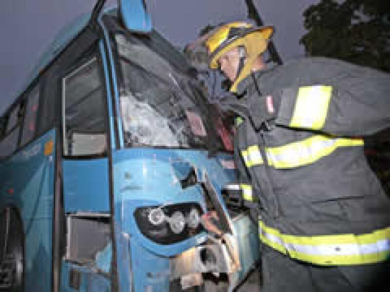 El macrobús chocó en el cruce de la Calzada Independencia y Prisciliano Sánchez. (Foto: Notimex)