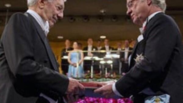 El escritor peruano asistió a la ceremonia del Nobel para recibir su premio de manos del rey Carlos Gustavo de Suecia.