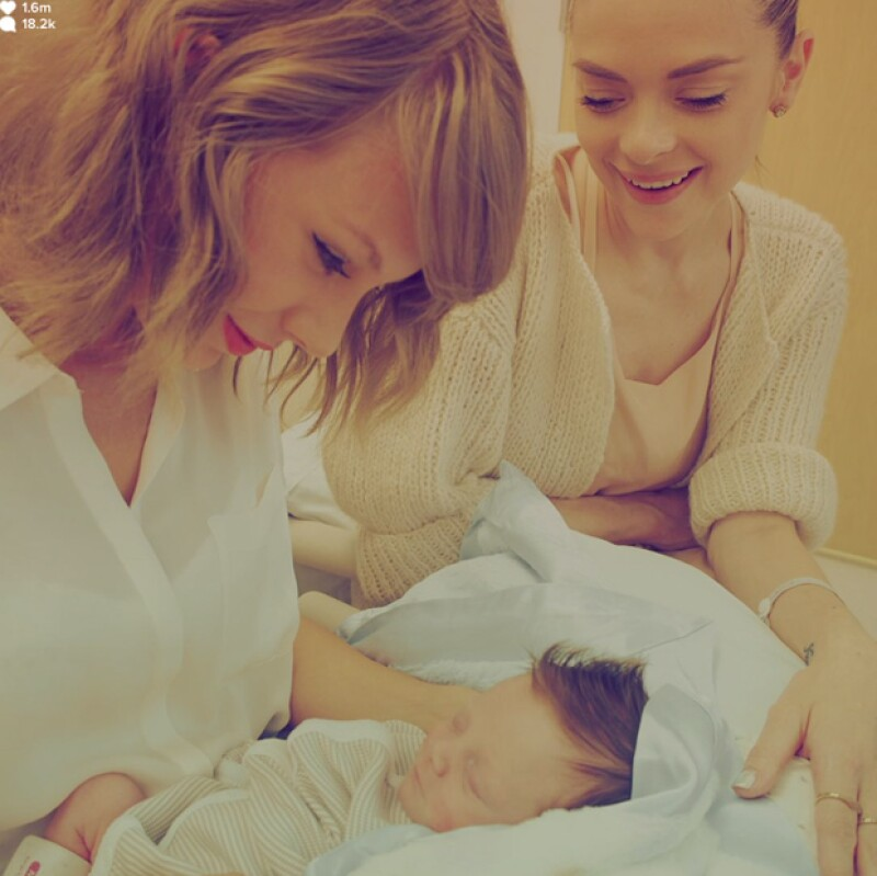 La cantante compartió fotos del momento en el que conoció a Leo Thames, hijo de su amiga la modelo Jaime King.