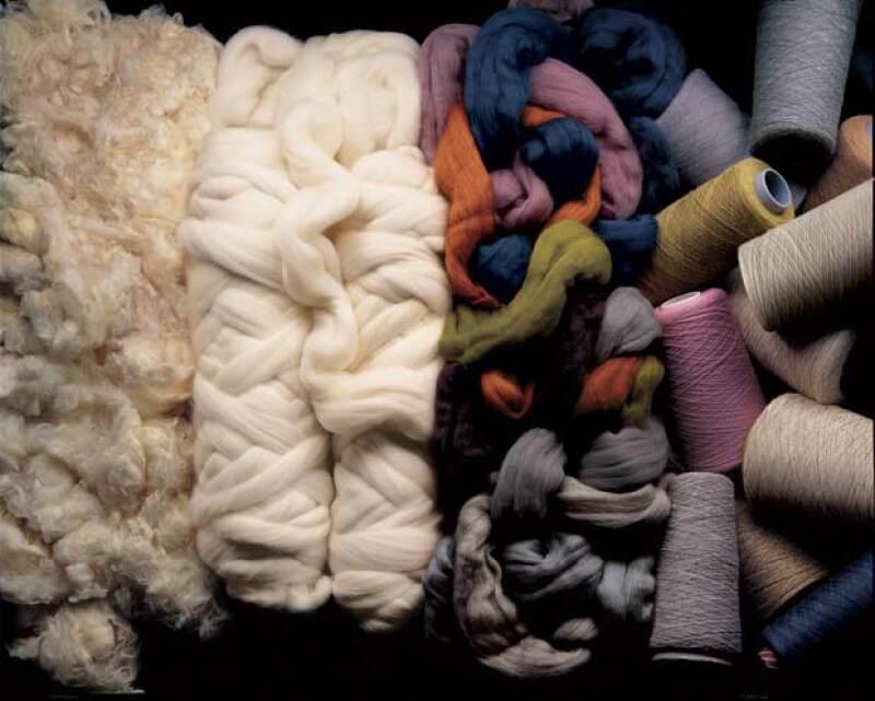 Las fibras naturales más características para un traje son lana, seda y lino.