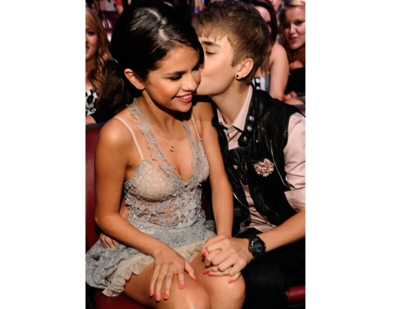 Justin está muy enamorado y cada vez que tiene oportunidad se come a besos a su novia, Selena Gomez.
