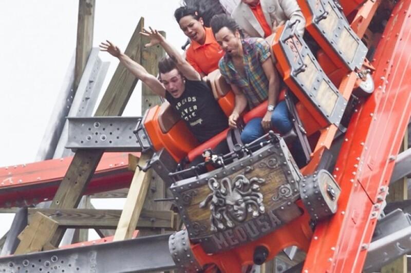 Las cámaras del parque captaron el momento más emocionante del ride que los actores compartieron.