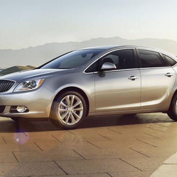 El AutoShow de Detroit 2011 reúne a los principales fabricantes de autos que presentan sus nuevos modelos y conceptos. Buick introdujo su vehículo 'Verano', un sedán de lujo mediano, que continúa la tradición del LaCrosse y el Regal.