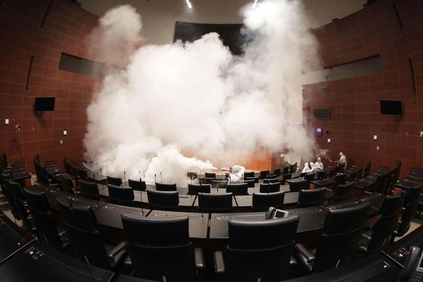 Trabajadores especializados realizaron un proceso de sanitización en el salón de plenos del Senado de la República