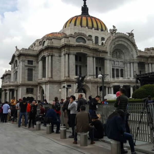 Afuera de Bellas Artes por el homenaje a Juan Gabriel.