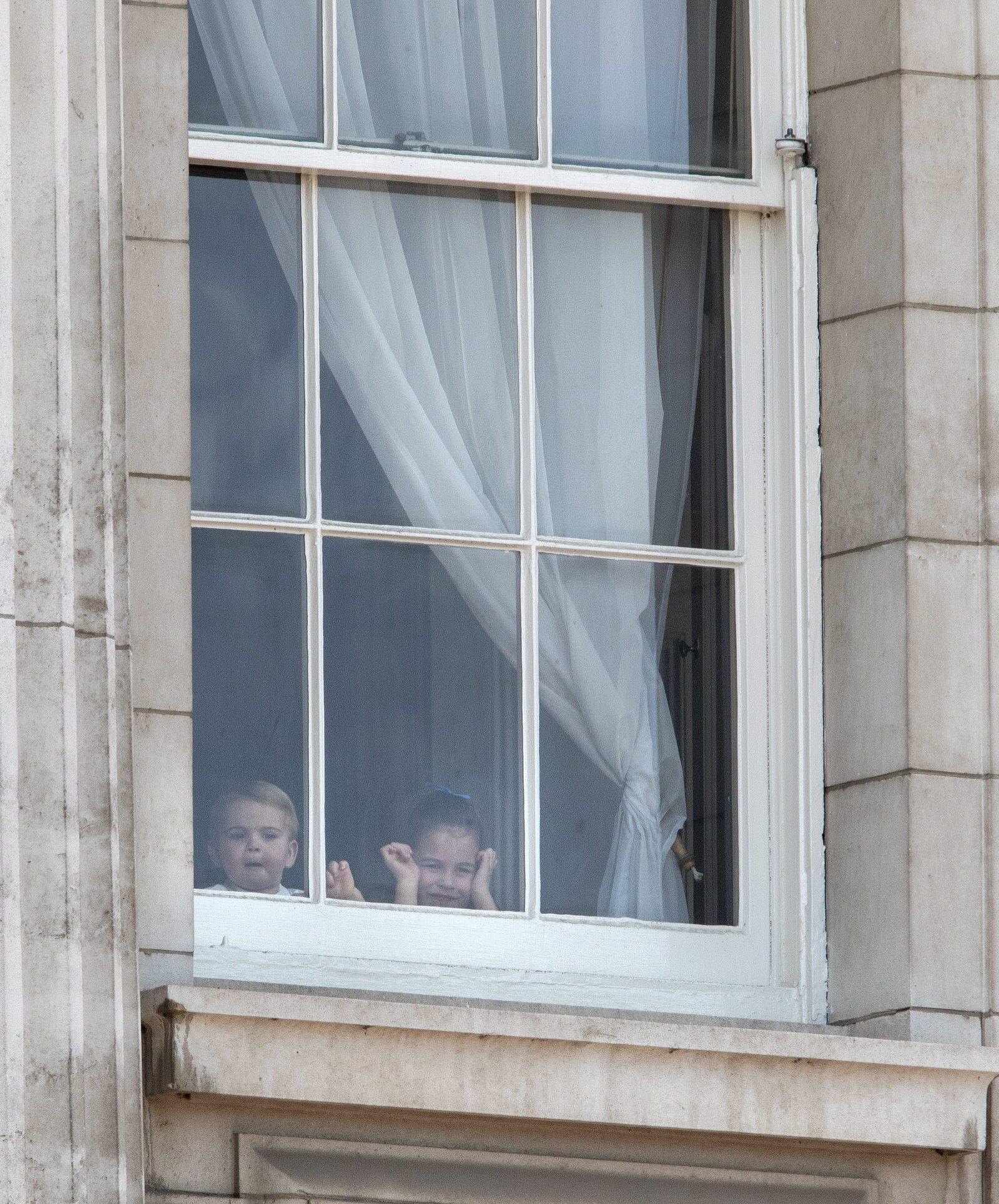 Los príncipes George y Charlotte