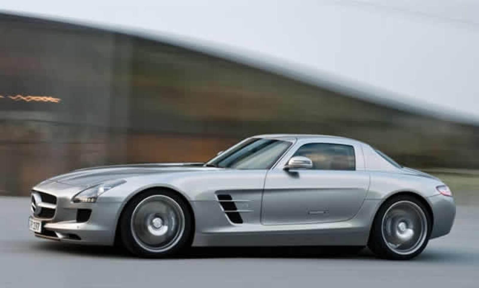 Por primera vez, los alemanes y AMG presentan en el Mercedes-Benz SLS AMG el chasis y la carrocería de aluminio, esto lleva a un ahorro de peso considerable con respecto al acero tradicional utilizado en otros vehículos.