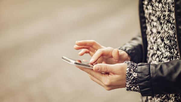 Un estudio indica que 51% de las mamás se conectan a internet a través de un teléfono inteligente.