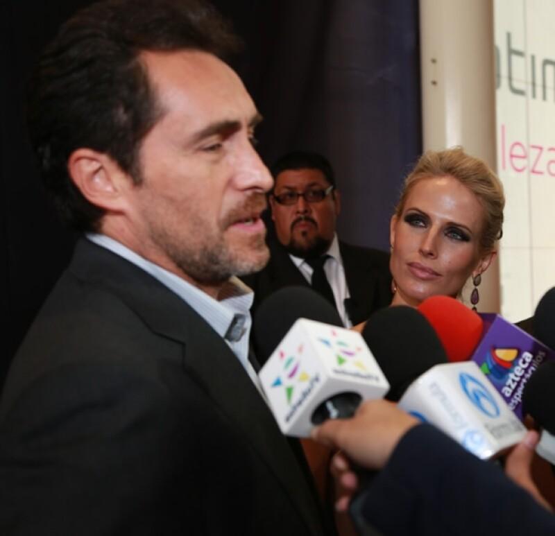 Stefanie ve con ojos de orgullo a Demian mientras lo entrevistaban.