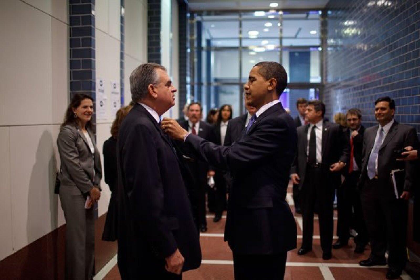 Obama le arregla la corbata al secretario Ray LaHood mientras se preparan para dar un anuncio en el Departamento de Transporte, en Washington, D.C.