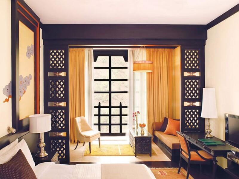 Tanto por dentro como por fuera, el hotel está pintado con colores cálidos.