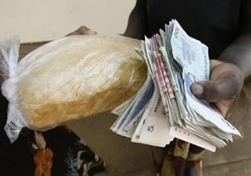 Zimbabue se llevó el galardón por emitir notas bancarias que van desde un centavo a 100 billones de dólares zimbabuenses. (Foto: AP)