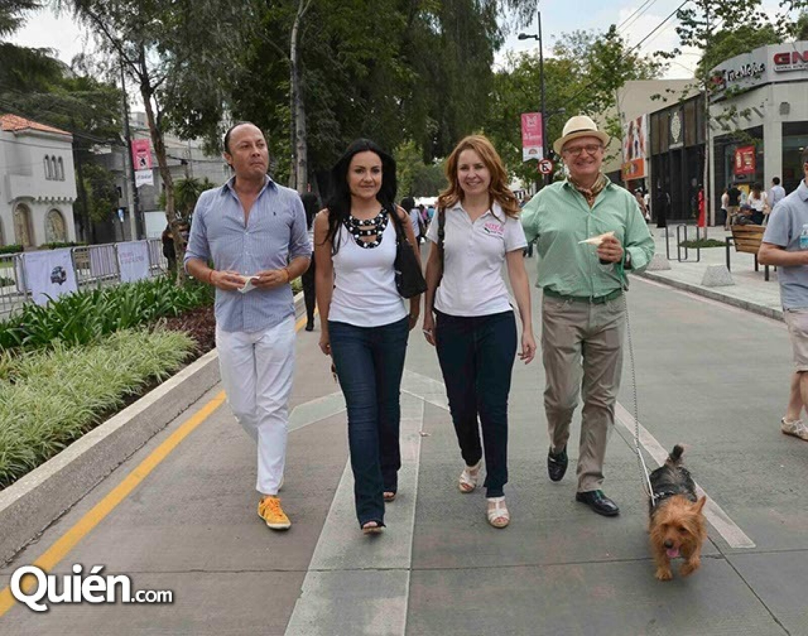 Gonzalo Cortes,Brenda y Connie Estefan con José Luis Espinosa
