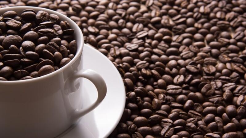 taza llena con granos de cafe