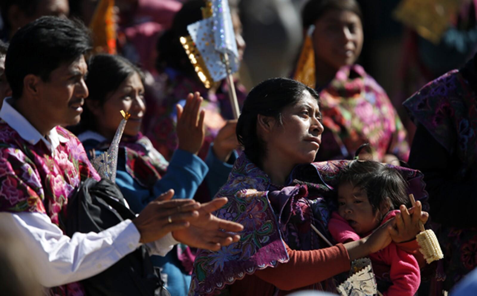 Francisco celebra una misa en el Centro Deportivo Municipal de San Cristóbal de las Casas este lunes, donde participan representantes de comunidades indígenas de Chiapas.