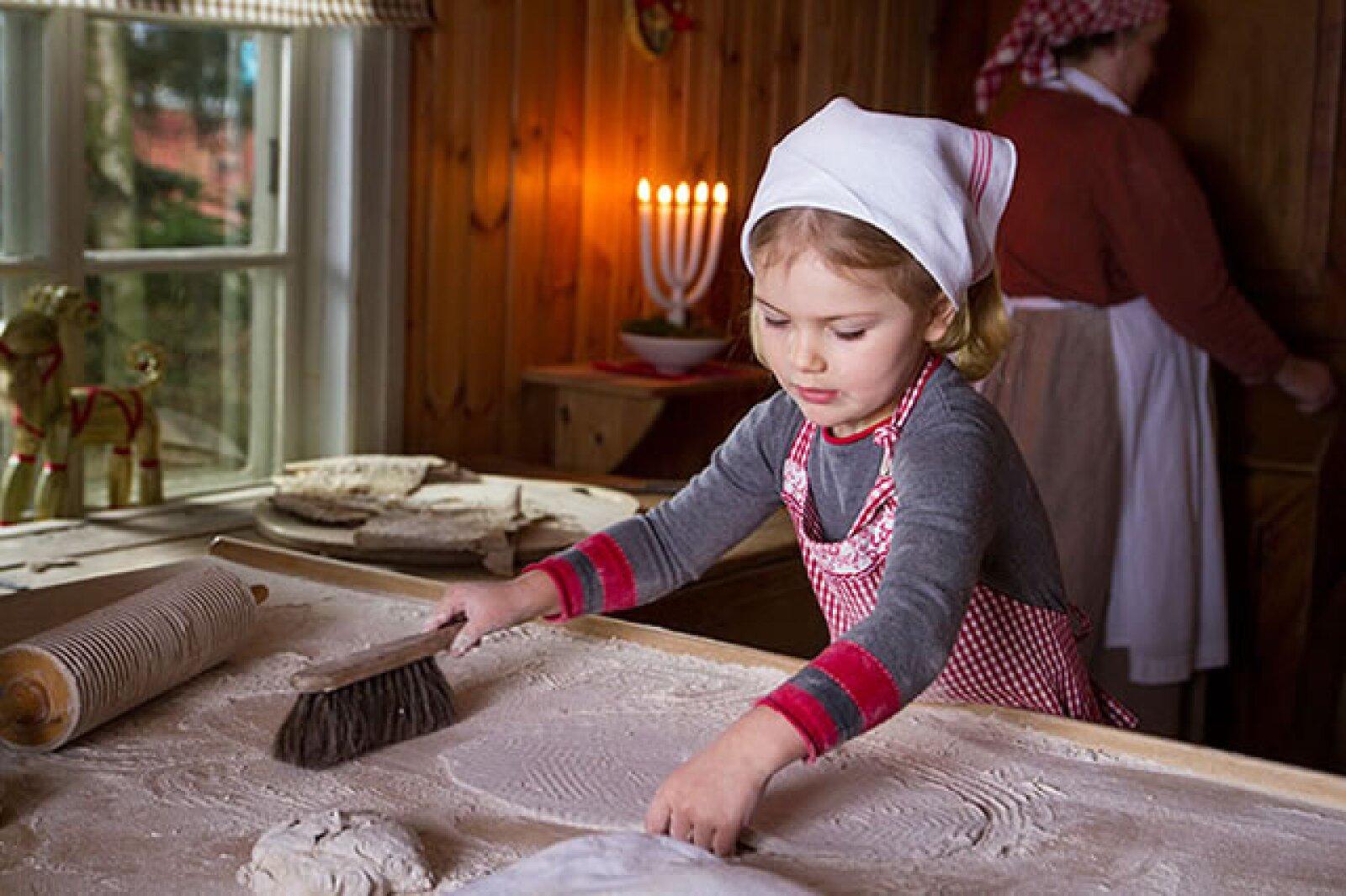 Estelle de Suecia preparando un pan tradicional para la sesión de fotos navideña de su familia.