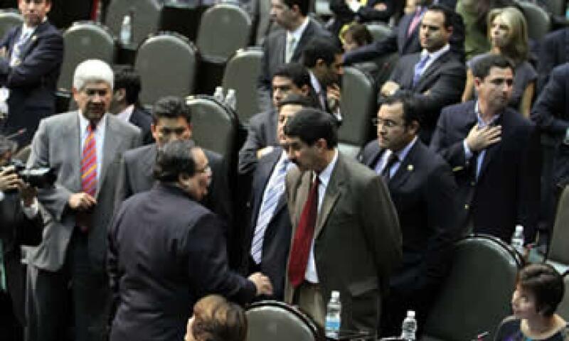 Los diputados ubicaron la previsión del tipo de cambio promedio en 12.8 pesos por dólar, desde 12.2 pesos. (Foto: Notimex)