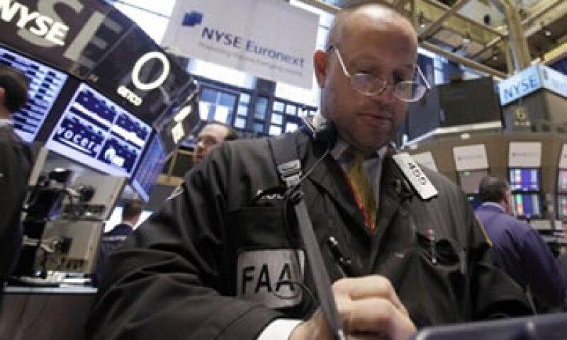 Las acciones de Facebook tocaron un nuevo mínimo con un importante volumen de negocios en Wall Street. (Foto: AP)