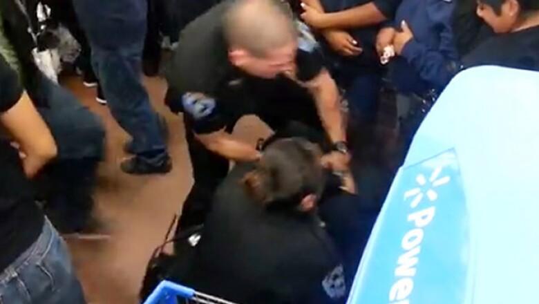 En el primer día de compras, se reportaron dos peleas en una tienda de Virginia y el caso de un hombre que fue apuñalado.