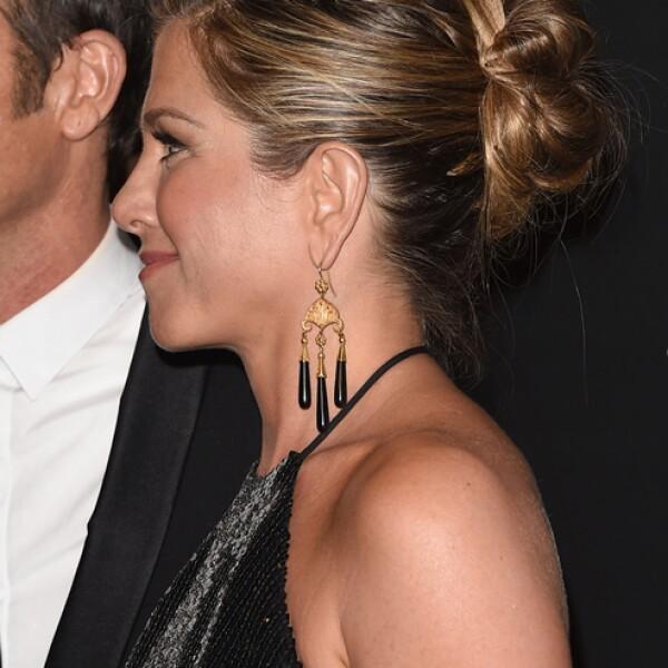 Aunque no tan alto, Jennifer Aniston también llevo el pelo en un hermoso chongo.