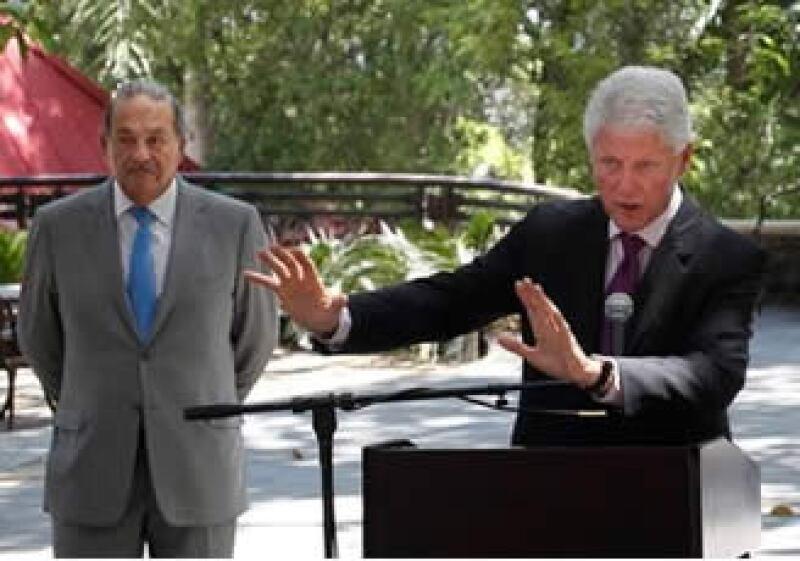 Carlos Slim (izq.) y Bill Clinton unieron esfuerzos por las Pymes del país caribeño. (Foto: AP)
