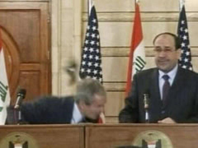 El periodista iraquí arrojó su calzado contra George W. Bush, pero falló el golpe. (Foto: Reuters)