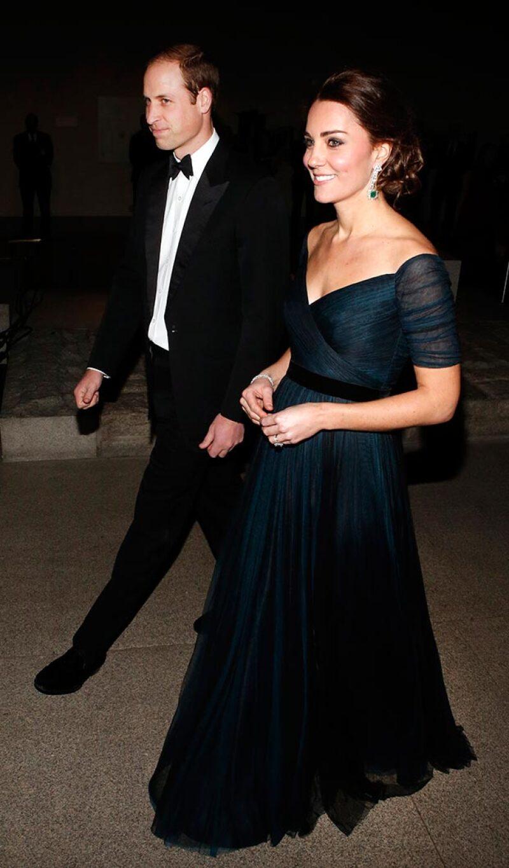El corte del vestido hizo notoria la pancita de la duquesa, quien presumió en todo momento su mommy gow.