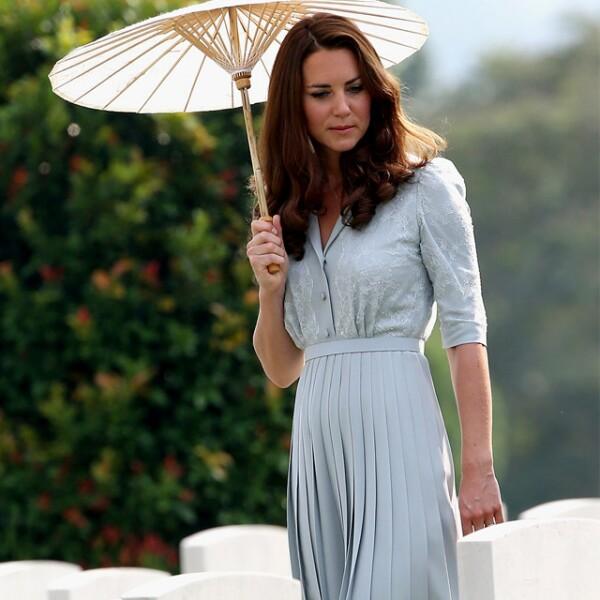 Con un vestido azul durante su gira por el sureste asiático.