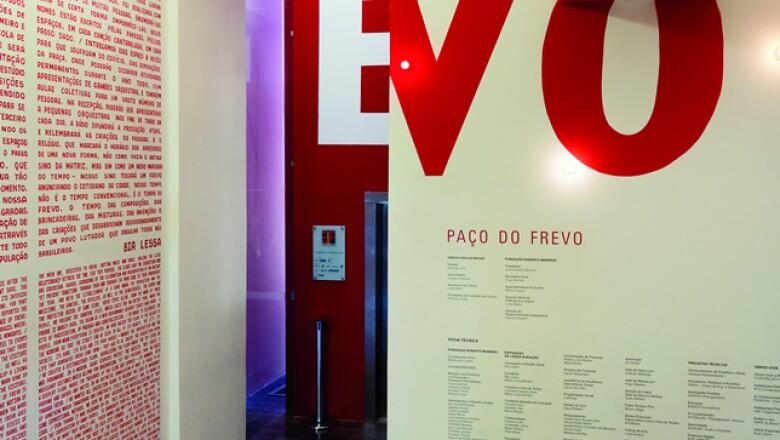 Es el mejor espacio cultural de Recife y cuenta la historia pernambucana en cuatro pisos. En uno de ellos, una línea del tiempo acompañada de videos reconstituye la creación del ritmo surgido en esta ciudad en el siglo XIX: el frevo.