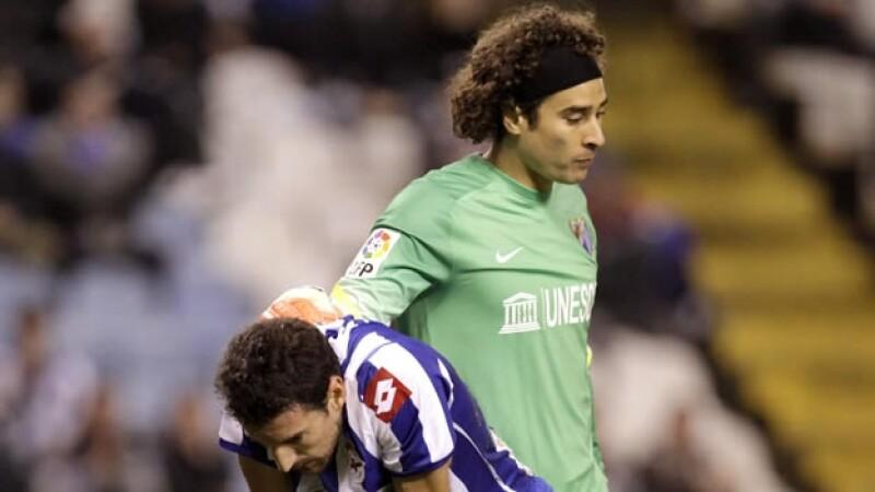 portero del Málaga Guillermo Ochoa saluda al delantero del Deportivo José Verdú tras el empate en Copa del Rey