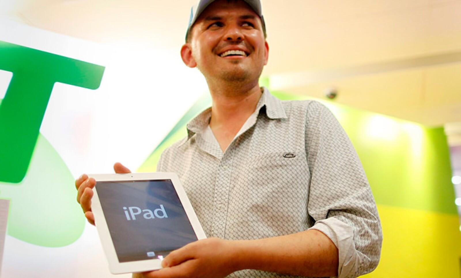 El primer poseedor de la nueva iPad en Sydney, Australia, fue David Tarasenko, director de construcción, quién compró la versión WiFi en color blanco