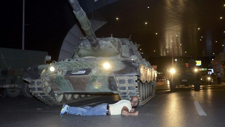 Un hombre se acuesta sobre el pavimento para impedir el paso de un tanque militar cerca del aeropuerto Atatürk en Estambúl.