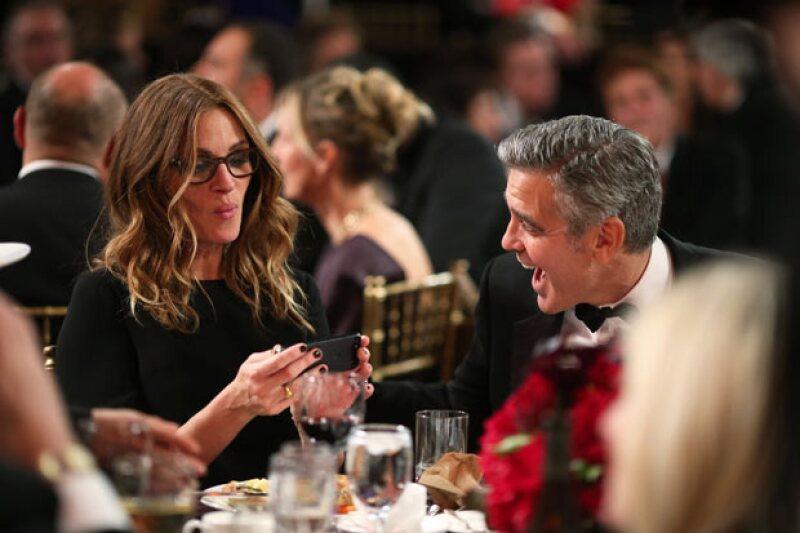 Julia y George son mejores amigos desde hace años, y en cada reunión o evento tratan de divertirse todo el tiempo.