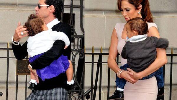 La cantante fue vista en Washington usando un vestido de la firma DVB y cargando a su pequeño Max, Marc Anthony llevaba en brazos a Emme.