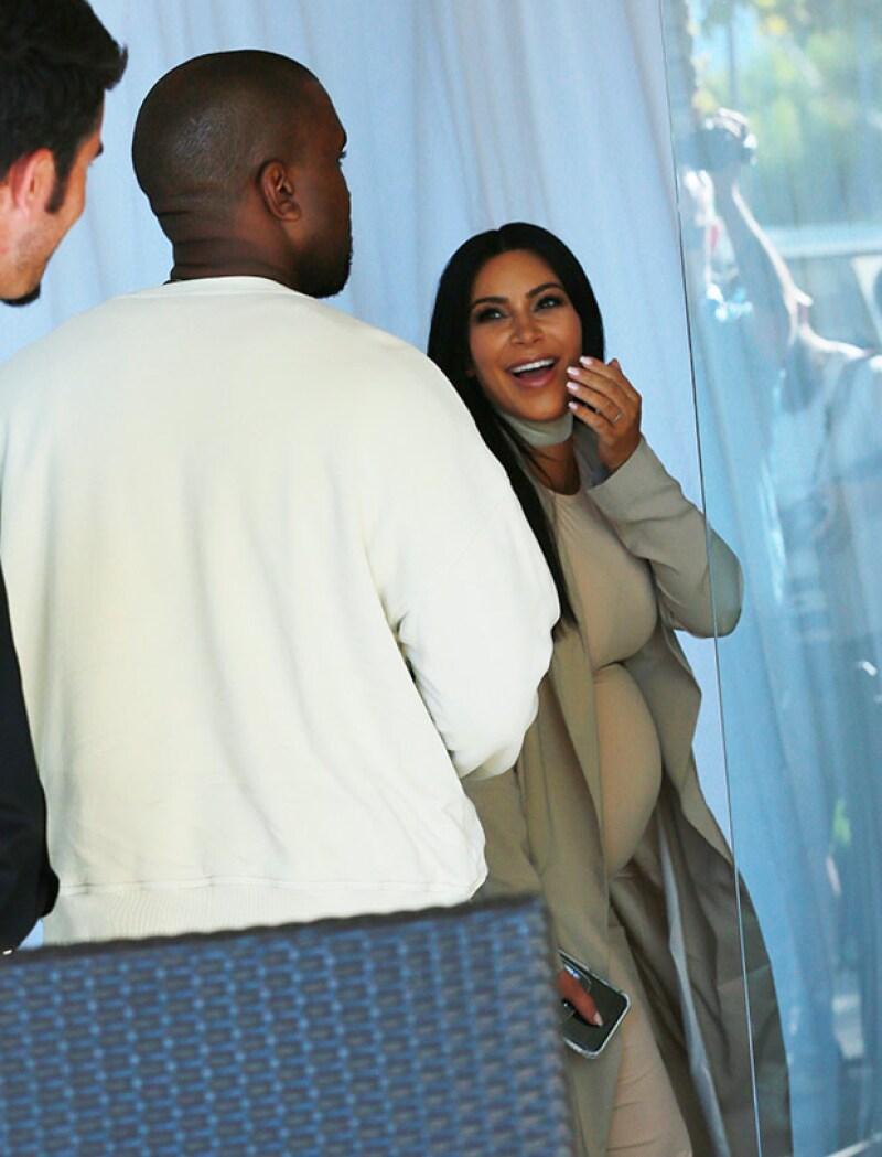 Kim lució gratamente sorprendida por el festejo que le preparó su esposo.